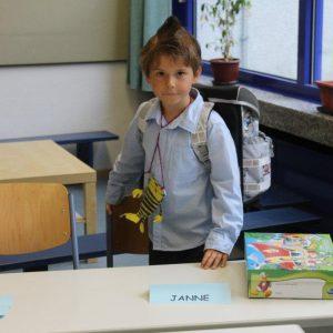 Janne lernt seinen neuen Klassenraum kennen