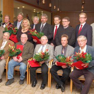 Die Jubilare stehen wie folgt:Obere Reihe:Uwe Teschke (3.v.l.), Reiner Brüggemann (4.v.l.), Volker Petri (7.v.l.)Untere Reihe(v.l.): Günter Wehmeier, Siegfried Biermacher, Gustav-Adolf Kersten, KlausGrön, Günter Aufderheide.