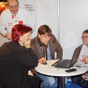 Heidemarie Wieczorek-Zeul, Oliver Bartosch, Joachim Eckardt, Dieter Schmidt begutachten den Internetauftritt der SPD Kamen
