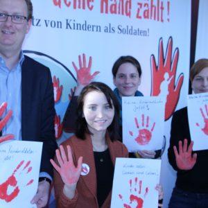 """Oliver Kaczmarek mit seinem Berlliner Büroteam bei der Aktion """"Rote Hand"""""""