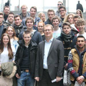 Schüler und Schülerinnen des städtischen Gymnasiums Kamen besuchen Oliver Kaczmarek in Berlin