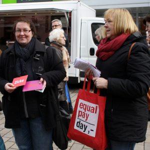 Annette Mann und Petra Hartig auf dem Kamener Wochenmarkt am heutigen Equalpayday