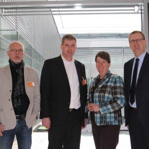 von links nach rechts: Manfred Kreuschner (Vorsitzender Betriebsrat Glückauf-Kaserne, Unna), Martin Schulz (Personalratsmitglied Glückauf-Kaserne, Unna), Dr. Barbara Hendricks (Schatzmeisterin der SPD) und Oliver Kaczmarek.