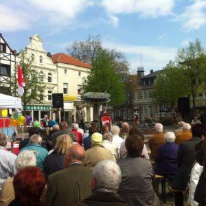 Uwe Fleißig spricht bei der Maikundgebung auf dem Alten Markt