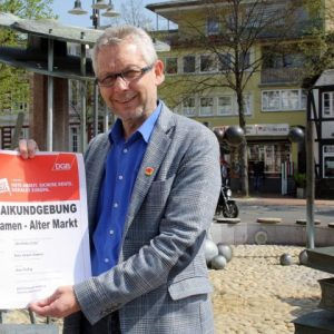 Uwe Fleißig (Personalratsvorsitzender Stadt Kamen) spricht bei der Maikundgebung auf dem Alten Markt