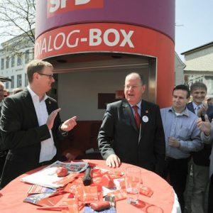 Die SPD Dialog-Box ist bis zur Bundestagswahl deutschlandweit in den Städten unterwegs. Peer Steinbrück am Mittwoch in Kamen auf dem Alten Markt