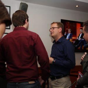 """Bundestagsabgeordneter Oliver Kaczmarek und SPD-Mitglieder beim Public Viewing im """"en place"""" in Kamen."""