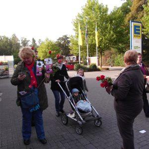 Am Infostand bei Edeka wurden rote Rosen verteilt