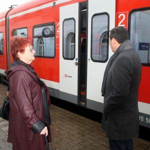Renate Jung und Uwe Liedtke am Bahnsteig in Kamen