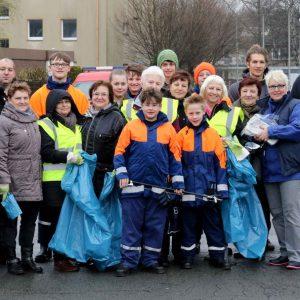 """Auch an der Feuerwache in Kamen trafen sich wieder viele Helfer, um bei der Aktion """"Frühjahrsputz"""" mitzuwirken. Foto: Christoph Volkmer"""